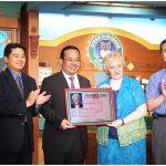 台灣內政部長余政憲親至空中英語教室頒「永久居留證」給彭蒙惠